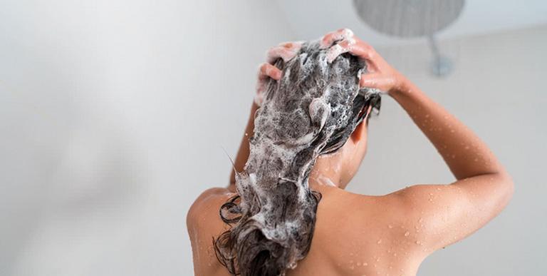Đối với mái tóc dễ bị gãy rụng, bạn cần chú ý hơn trong khi gội đầu