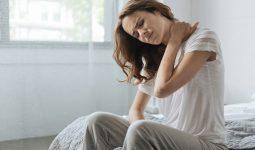 đau vai gáy khi ngủ dậy