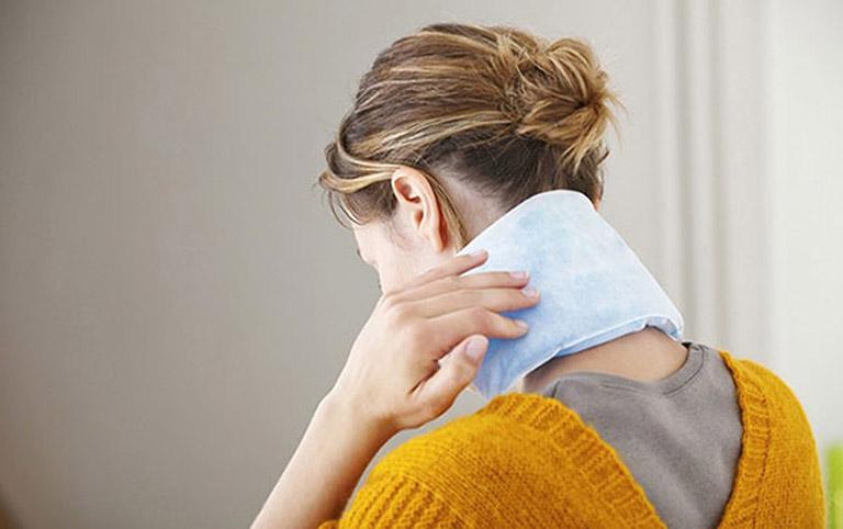 chữa đau vai gáy khi ngủ dậy