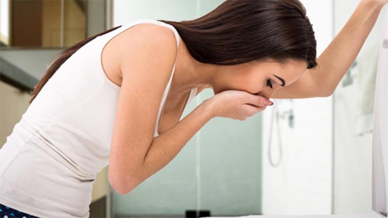 Khi chuyển sang giai đoạn nặng, bệnh nhân thường đau bụng, buồn nôn