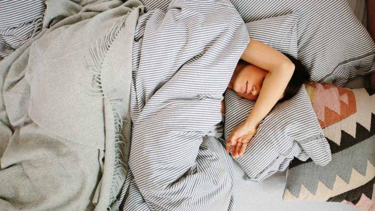 Không nên ngủ chung giường khi bị hắc lào
