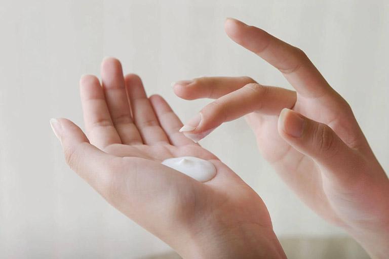 Sử dụng thuốc dạng bôi trực tiếp ngoài da giúp giảm nhanh triệu chứng ngứa ngáy