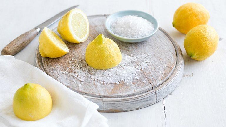 Kết hợp muối và chanh giúp tăng cường hiệu quả