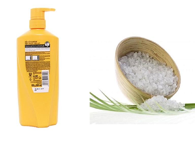 Kết hợp muối và dầu gội giúp loại bỏ gàu
