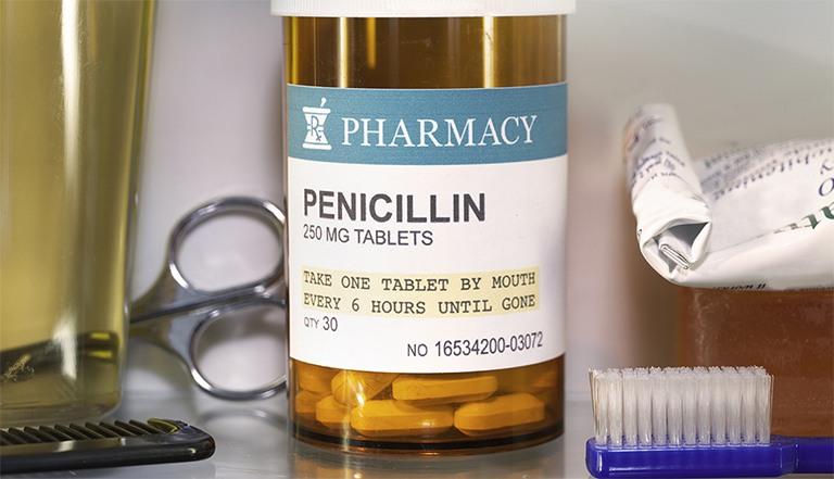 Penicillin điều trị bệnh thông qua việc ức chế quá trình phát triển của vi khuẩn