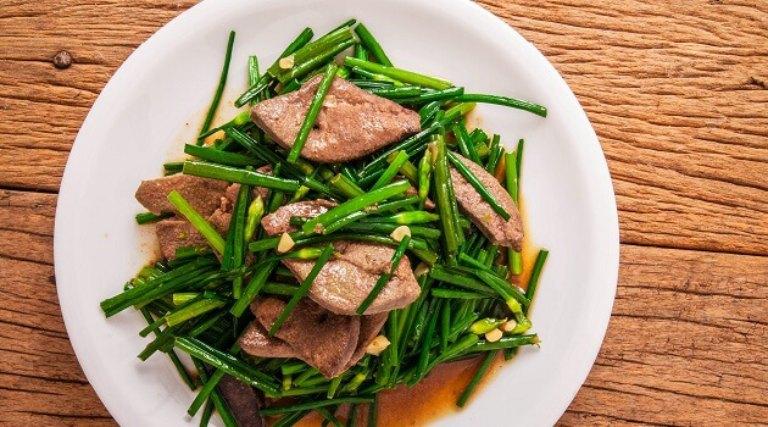 Chế biến món lá hẹ xào gan dê để sử dụng trong bữa ăn hàng ngày để hỗ trợ điều trị bệnh