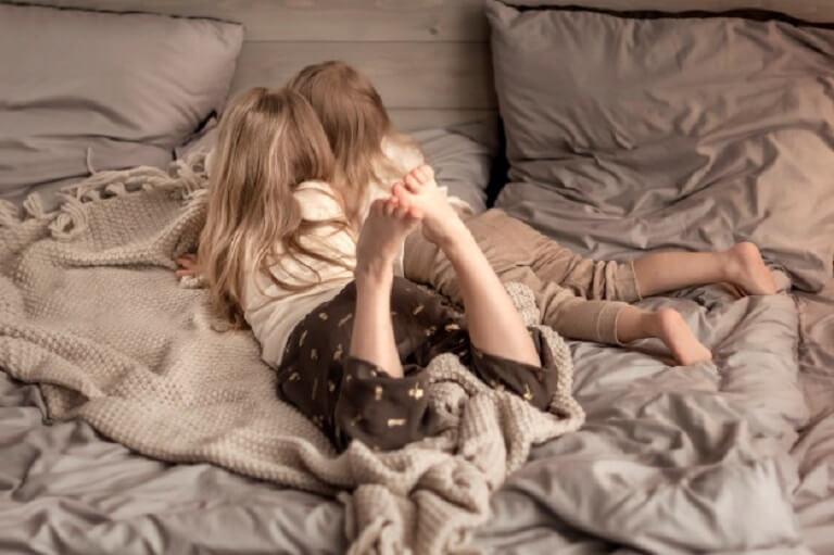 Cha mẹ nên chuẩn bị các vật dụng riêng cho trẻ khi trẻ đến khu vực khác vui chơi