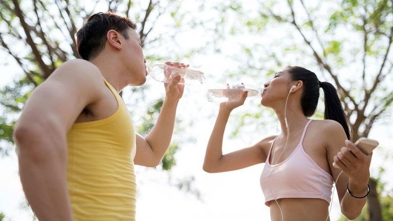 Bổ sung nước cho cơ thể để giúp thận bài tiết dễ dàng hơn