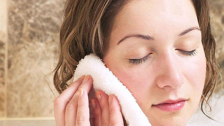 Chườm ấm hoặc mát có thể giảm đau do sưng hạch
