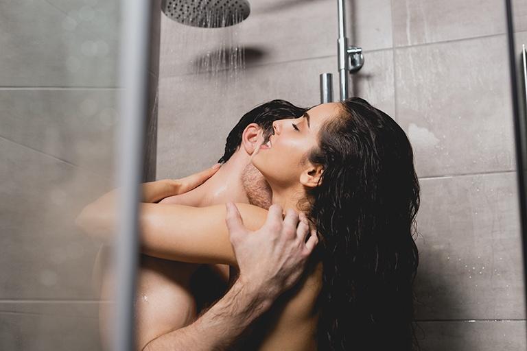 Quan hệ tình dục trong nhà tắm có thể gây ra một số nguy hiểm do tác động từ bên ngoài