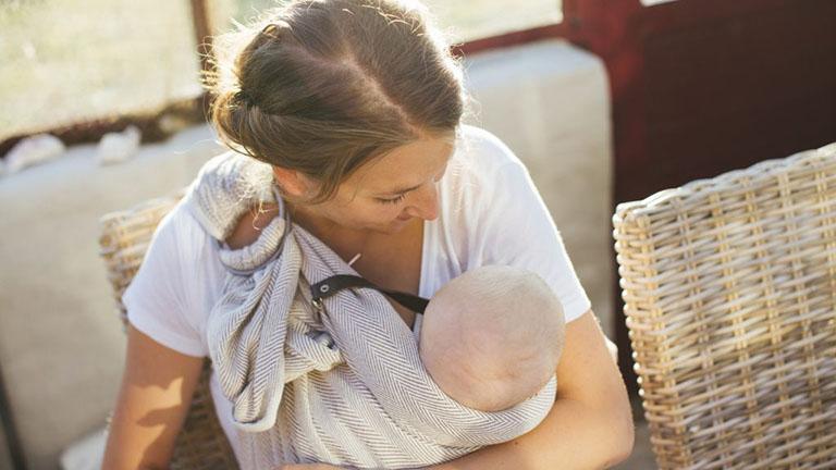 Tóc rụng nhiều sau sinh có thể khiến mẹ bỉm tự ti, trầm cảm