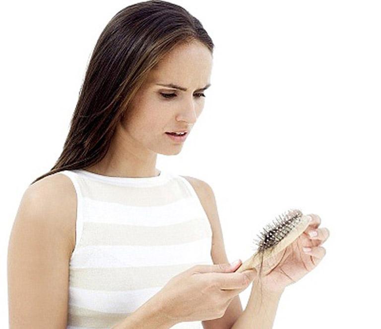 Nếu các mẹ bị rụng tóc sau sinh quá nhiều, cần đến gặp chuyên gia để tìm hiểu thông tin