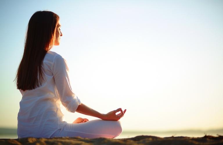 Ngồi thiền giúp giải tỏa căng thẳng, thả lỏng tinh thần và dễ ngủ hơn vào ban đêm
