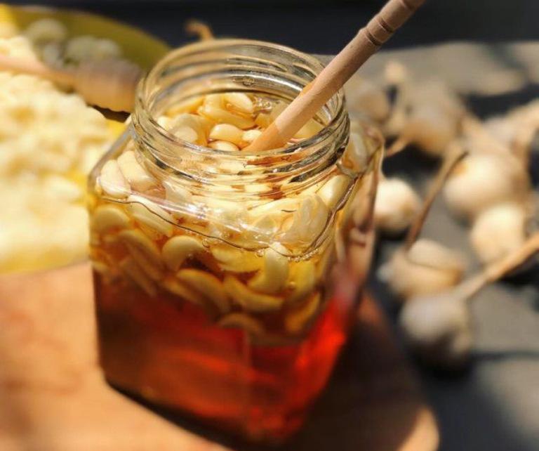 Chữa yếu sinh lý bằng cách uống hỗn hợp tỏi ngâm mật ong
