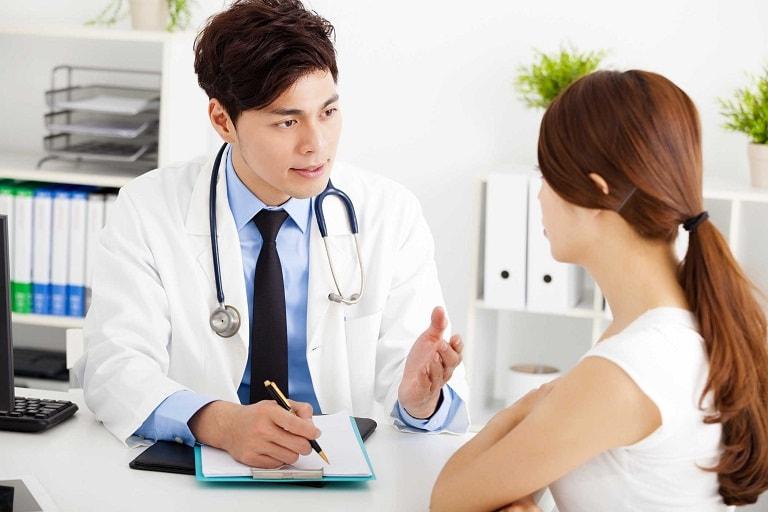 Cần thăm khám để chẩn đoán chính xác tình trạng vảy nến da đầu