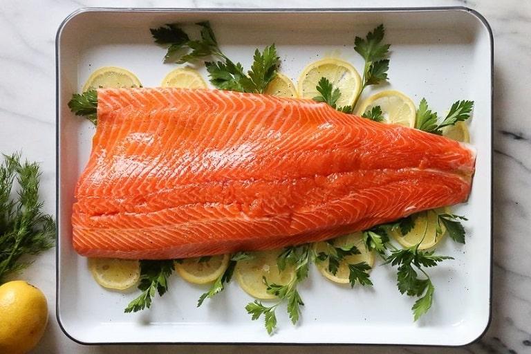 Cá hồi rất giàu omega-3 có lợi cho làn da