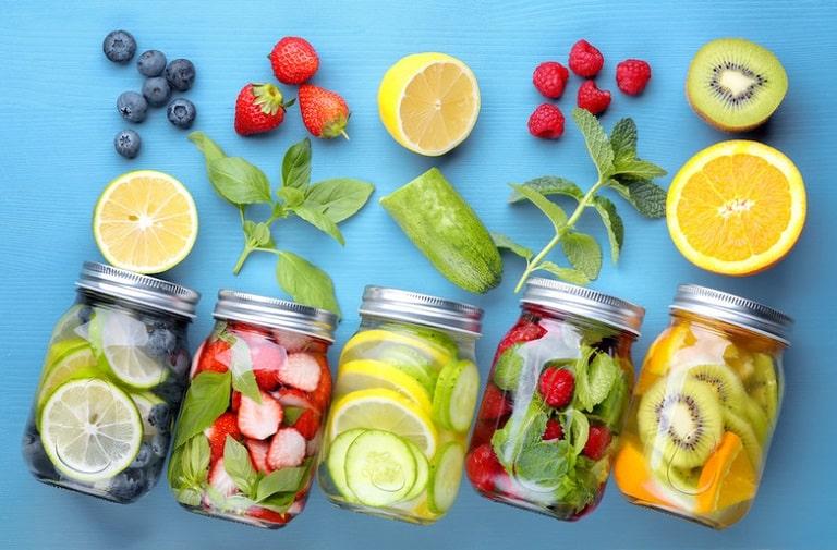 Có thể thêm trái cây vào nước lọc để tăng hương vị, giúp bạn uống được nhiều nước hơn