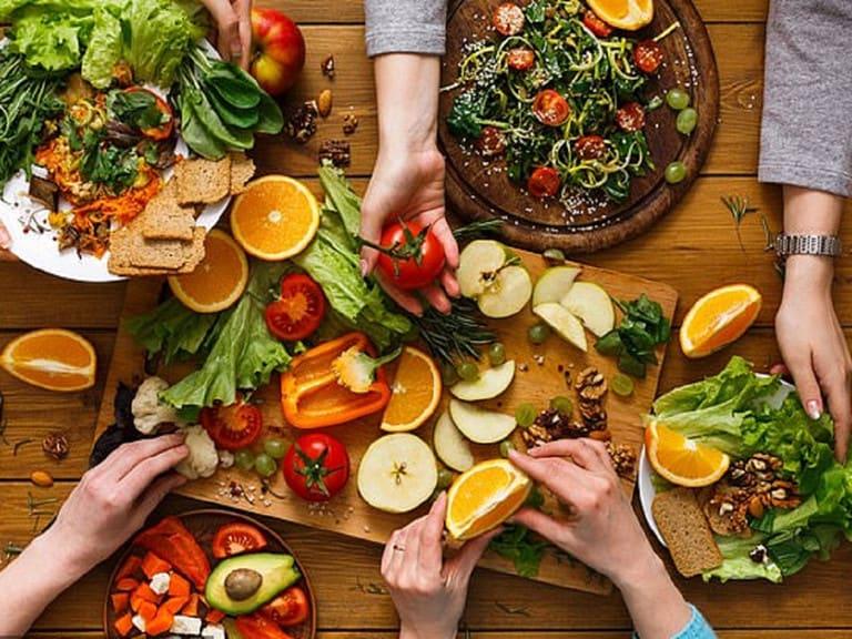 Chế độ ăn nhiều rau xanh, củ quả hỗ trợ điều trị bệnh viêm da tiết bã ở đầu và tránh tái phát nhiều lần