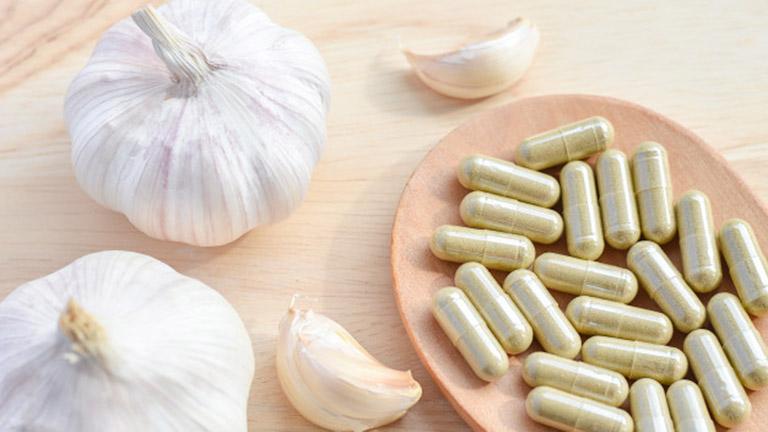 Tỏi có thể được tiêu thụ ở dạng thô, nhưng nó cũng thường được bán dưới dạng chiết xuất và viên nang