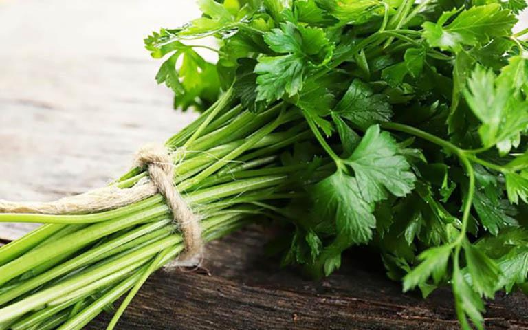 Trong thành phần rau mùi tây chứa nhiều chất giúp hỗ trợ điều trị viêm đường tiết niệu ở nam giới