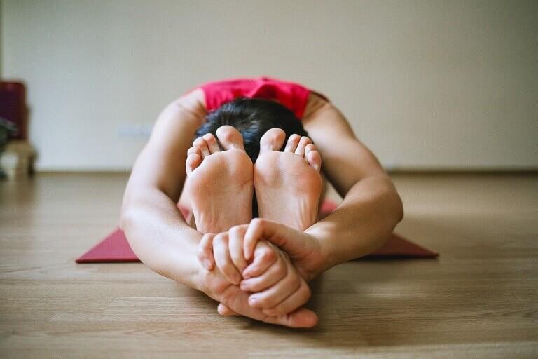 Tư thế gập mình trong yoga chữa viêm mũi dị ứng