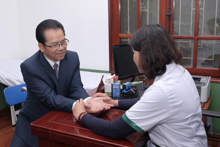 Bác sĩ Tuyết Lan bắt mạch cho NS Trần Nhượng