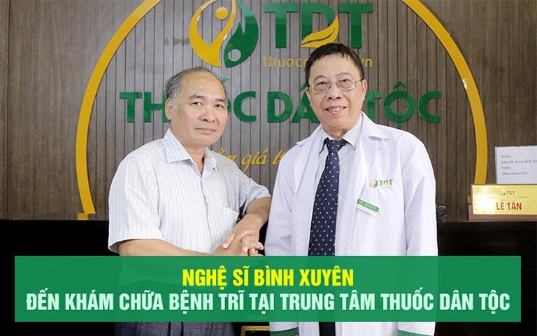 Hình ảnh bác sĩ Tuấn đồng hành cùng NS Bình Xuyên chữa bệnh trĩ tại Thuốc dân tộc