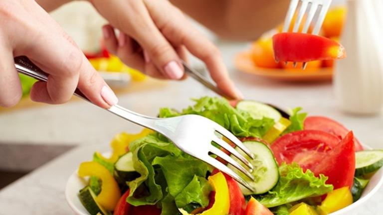 Xây dựng chế độ ăn uống khoa học giúp hỗ trợ cải thiện tình trạng nhiễm độc da từ bên trong