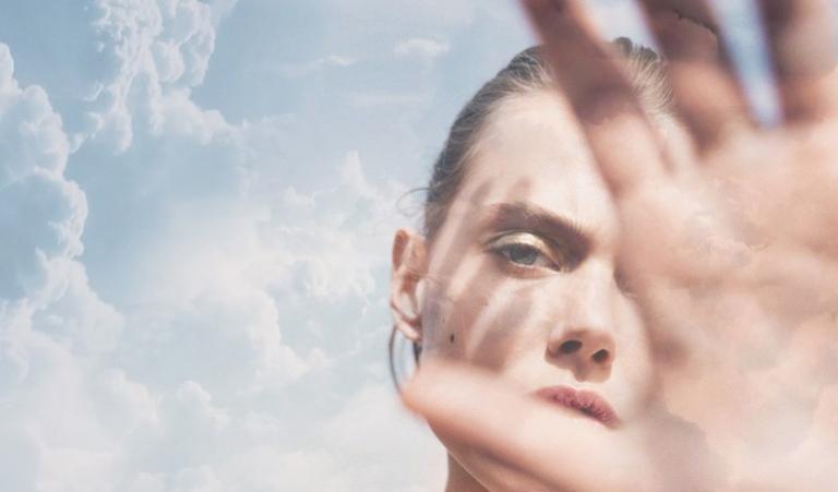 Cần có các biện pháp bảo vệ da khi đi ra ngoài, không để tiếp xúc trực tiếp với ánh nắng mặt trời