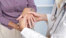 Khi có các dấu hiệu tê bì chân tay liên quan đến bệnh lý, cần đến bệnh viện để thăm khám và điều trị