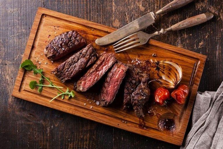 Bị gout vẫn có thể ăn thịt bò nhưng phải điều chỉnh liều lượng ở mức cho phép để tránh ảnh hưởng đến quá trình điều trị bệnh