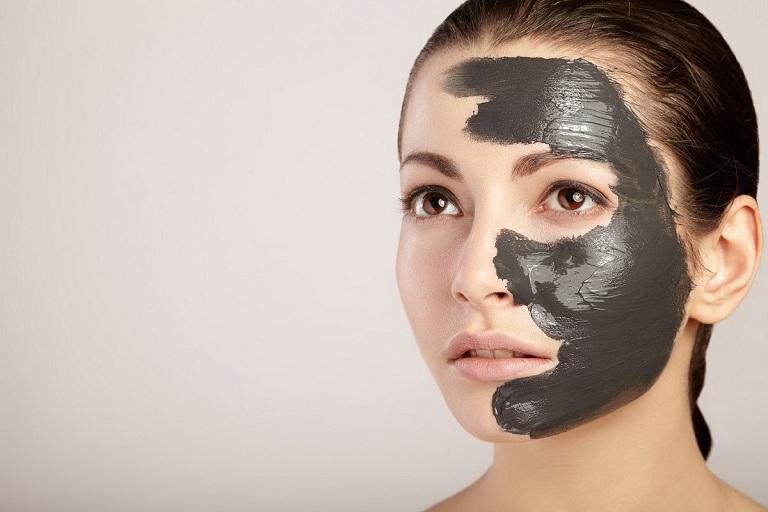 Dùng mặt nạ than hoạt tính là phương pháp làm sạch sâu