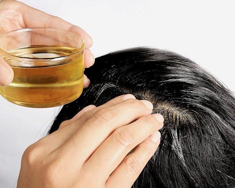 Không chỉ có tác dụng làm đẹp da, mượt tóc mà dầu dừa còn có tác dụng trị gàu tốt
