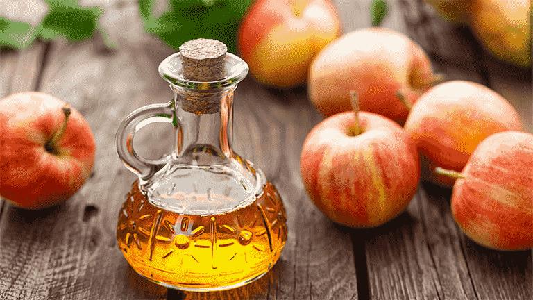 Một trong những công dụng làm đẹp của giấm táo đó là trị gàu