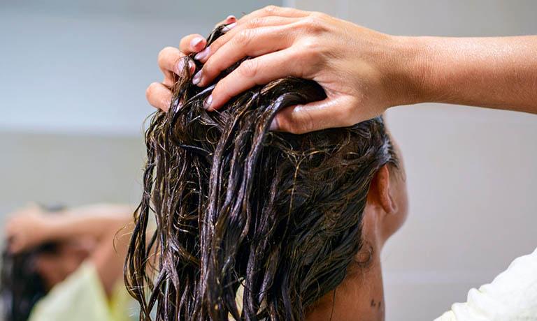 Gội đầu - Cách trị rụng tóc bằng bia đơn giản nhất