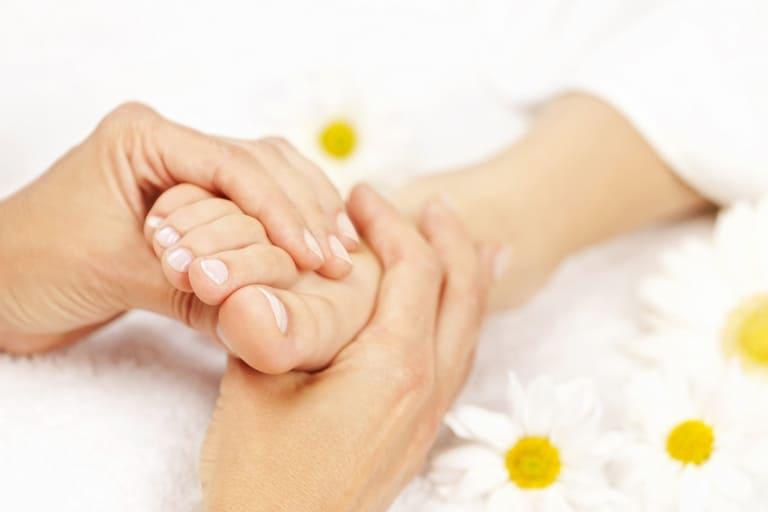 Massage hỗ trợ quá trình điều trị tê mỏi chân tay