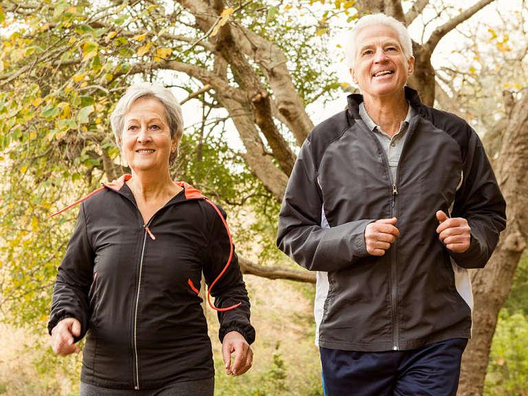Khi bị đau lưng, người bệnh chỉ nên đi bộ trong thời gian ngắn với tốc độ vừa phải