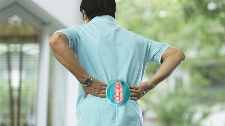 Đau lưng khi thay đổi thời tiết thường xuất hiện ở người cao tuổi