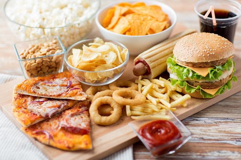 Đồ ăn nhiều muối và dầu mỡ là các thực phẩm nên tránh