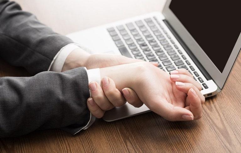 Nhân viên văn phòng là một trong những đối tượng dễ bị tê tay do hoạt động các ngón tay nhiều.