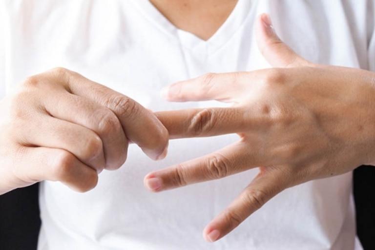 Các đầu ngón tay bị tê khiến bệnh nhân cảm thấy khó chịu