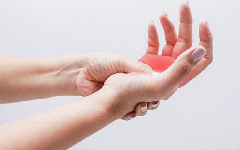 Các đầu ngón tay bị tê như kim châm thường là dấu hiệu của một số bệnh lý