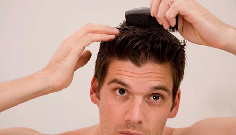 Dù ít tóc, tóc ngắn nhưng nam giới cũng nên chải đầu thường xuyên để massage cho da đầu