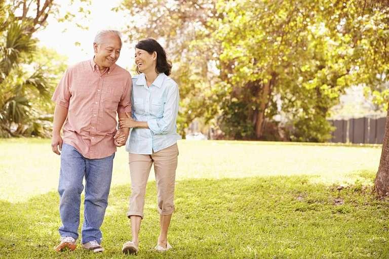 Người bệnh nên thư giãn và thả lỏng toàn bộ cơ thể khi đi bộ