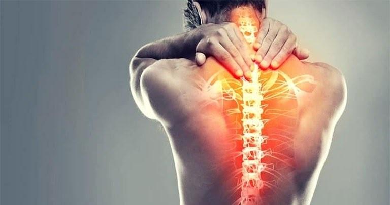 Ho nhiều sẽ gây tổn thương lên vùng xương ở ngực gây đau lưng