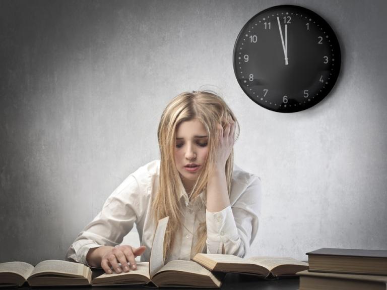 Mất ngủ kinh niên có thể xảy ra do áp lực từ công việc và cuộc sống hàng ngày