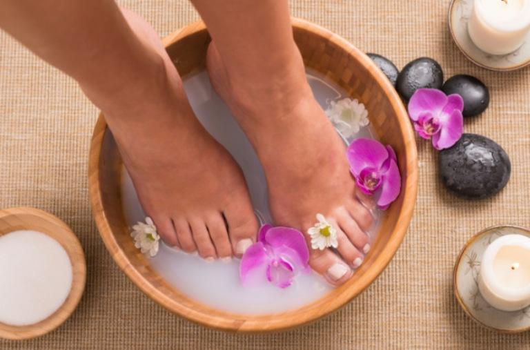 Ngâm chân vào mỗi buổi tối trước khi đi ngủ giúp thư giãn thần kinh và dễ ngủ hơn
