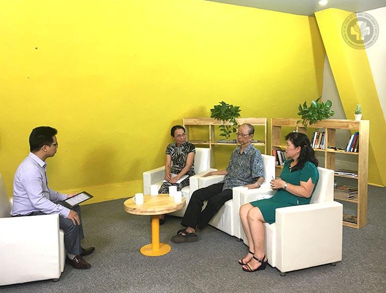 Bác sĩ Lê Phương và Cố PGS.TS Nguyễn Nhược Kim trong buổi tọa đàm