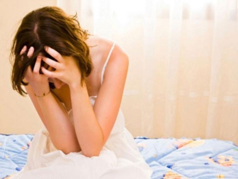 Ra khí hư màu trắng đục kèm theo triệu chứng bất thường gây ảnh hưởng lớn đến đời sống