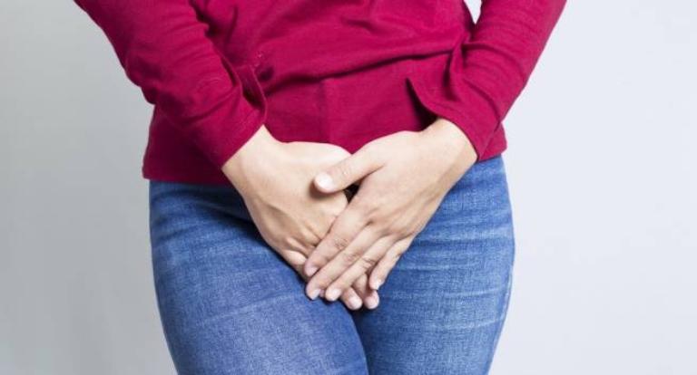 Ra khí hư màu trắng đục kèm theo triệu chứng bất thường tại vùng kín là dấu hiệu bệnh phụ khoa